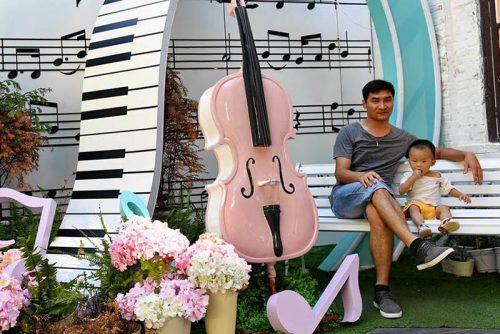 A ilha contém habitantes e turistas de bom gosto musical